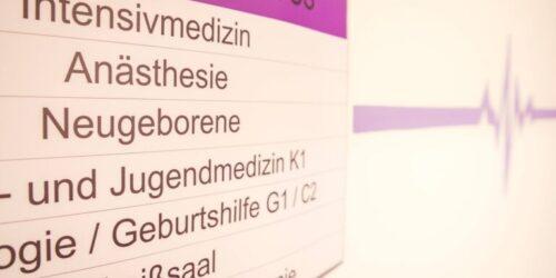 PA Klinik Nauen Schild Stationen 1. OG 768x513